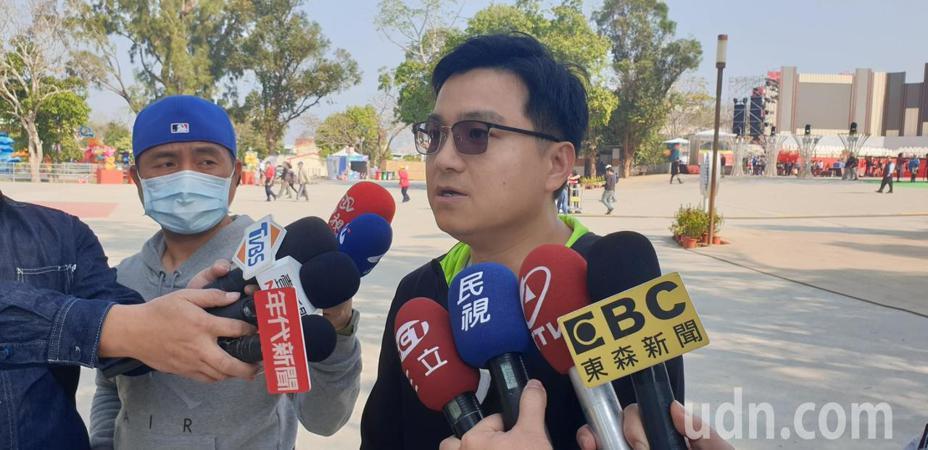 台灣燈會昨晚有無人機表演,48台無受不明訊號干擾掉落,台中市觀旅局風管所長廖偉志今天說明過程。記者游振昇/攝影
