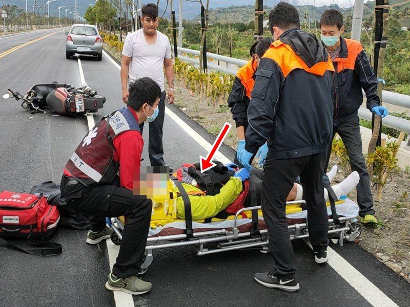 台東縣民古鴻揚(左二)路過車禍現場,不僅主動打110報案,還留在現場照顧陳姓受傷單車騎士,且把自己的外套脫下,蓋在陳姓傷者身上,他自己僅著一件短袖汗衫,暖心舉動,連到場警消人員都稱讚。記者羅紹平/攝影