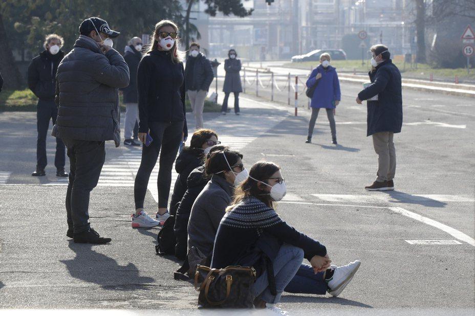 原本不習慣戴口罩的歐洲人,紛紛佩戴口罩自保,甚至有人戴高規格的N95口罩。美聯社