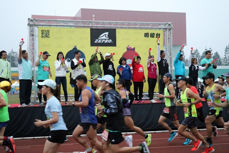 2020嘉義ZEPRORUN全國半程馬拉松路跑今天上午在嘉義市立體育館起跑。圖/嘉義市府提供