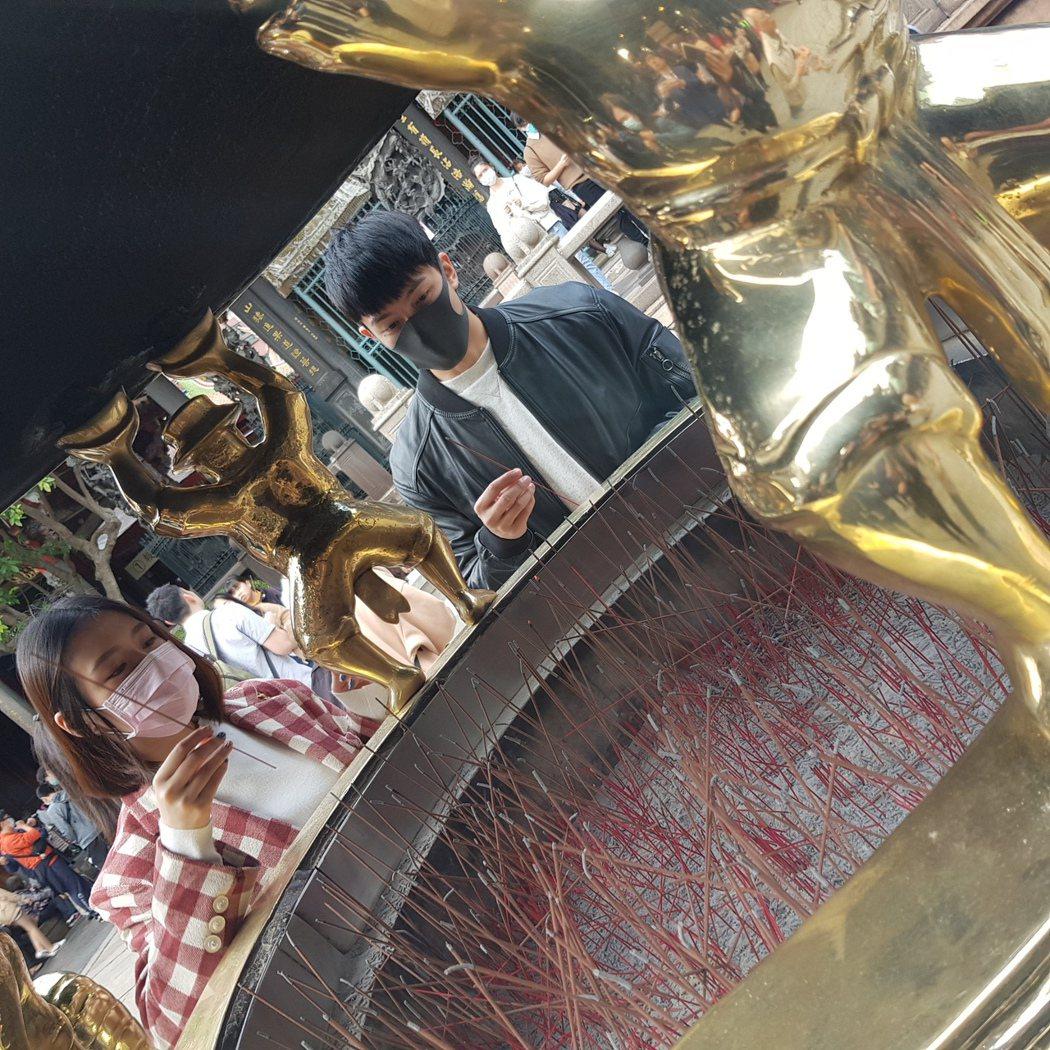 劉品言(左)特地帶賴東賢到龍山寺拜拜求平安。圖/鴻言娛樂提供