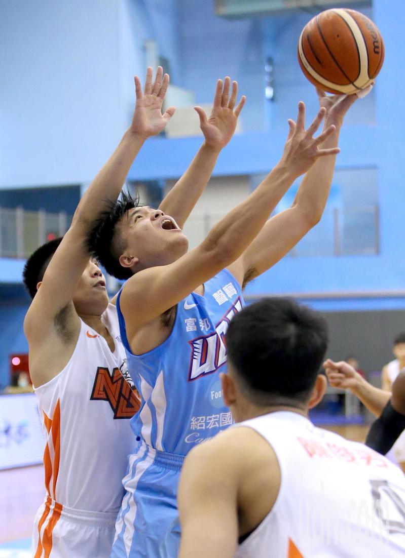 UBA大專籃球聯賽公開男子一級八強複賽,健行科大簡廷兆(中)突破包夾上籃。記者余承翰/攝影