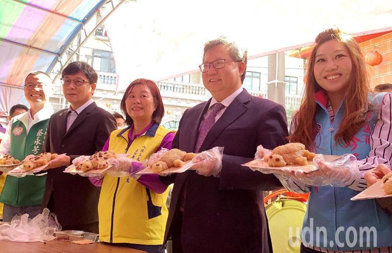 桃園市長鄭文燦(右二)參加八德祈龜文化祭慶典,敬獻1千台斤米糕龜,現場DIY製作小米龜祈福。記者曾增勳/攝影