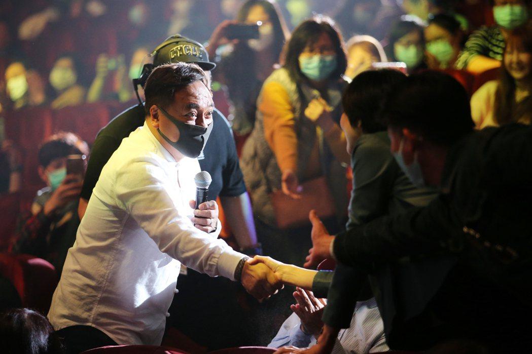 施孝榮噴完酒精後和觀眾握手。記者許正宏/攝影