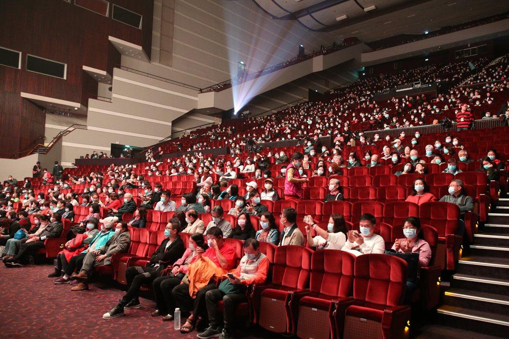 「民歌45高峰會」昨天在台北國際會議中心舉行,歌迷們帶著口罩買票進場聽演唱會。記...