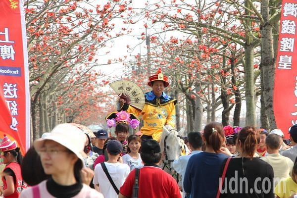 聞名全台的台南白河林初埤木棉花季登場,湧入大批遊客賞花。記者謝進盛/攝影