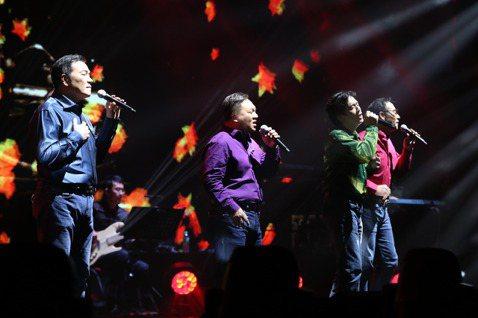 「民歌45高峰會」今天晚間在台北國際會議中心舉行,民歌手李明德、施孝榮、殷正洋、王瑞瑜四位大叔一起合唱,以當年一首首的耳熟能詳的歌曲,喚起台下歌迷們青春的回憶。