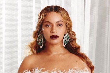 一年一度的全國有色人種協會形象頒獎典禮於23日揭曉,該獎項表揚在各項領域傑出的有色人種明星,碧昂絲今年一舉勇奪最傑出女歌手等7項大獎,就連她的8歲女兒Blue Ivy都因為與她一起合唱歌曲而獲獎,成...