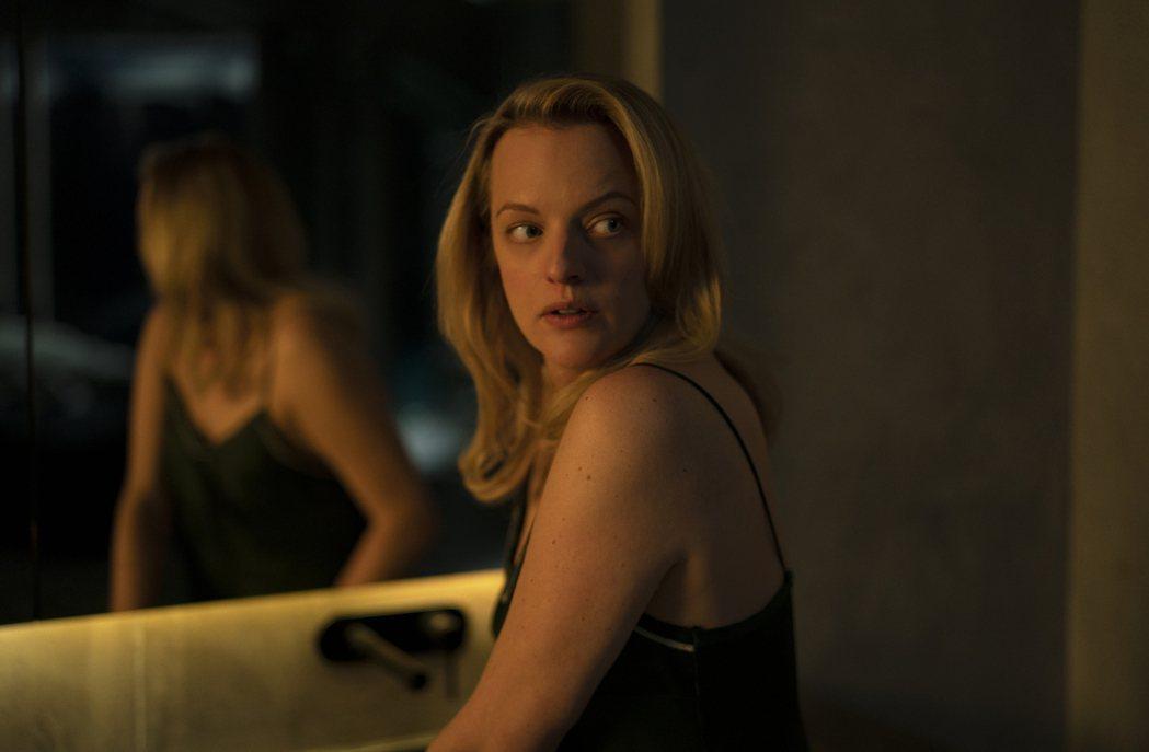 艾美獎視后伊莉莎白摩斯在「隱形人」對決看不見的恐怖兇手,過程緊張刺激。圖/UIP...