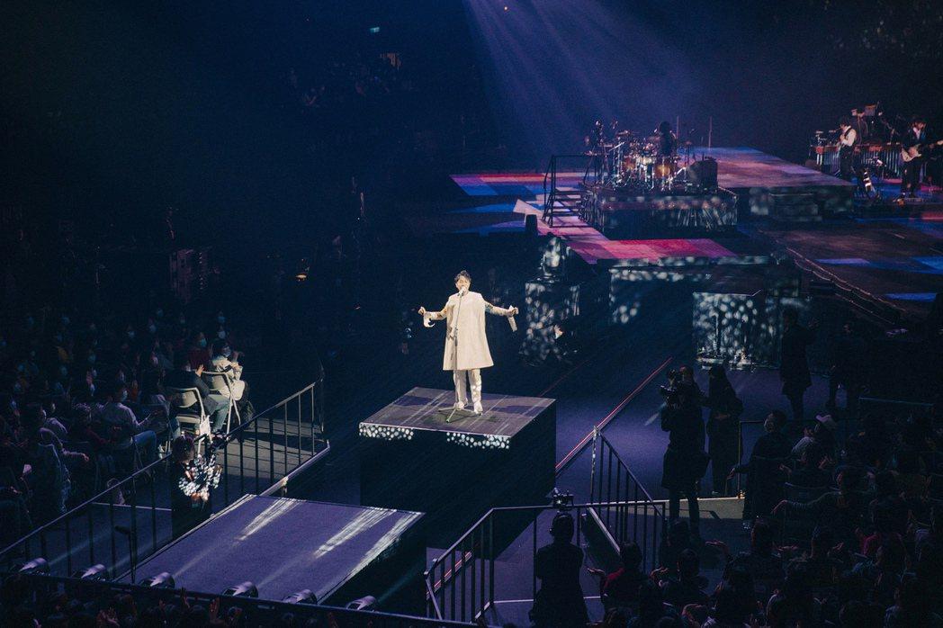 吳青峰透過極致劇場式演出,引領觀眾進入專屬空間。圖/環球音樂提供