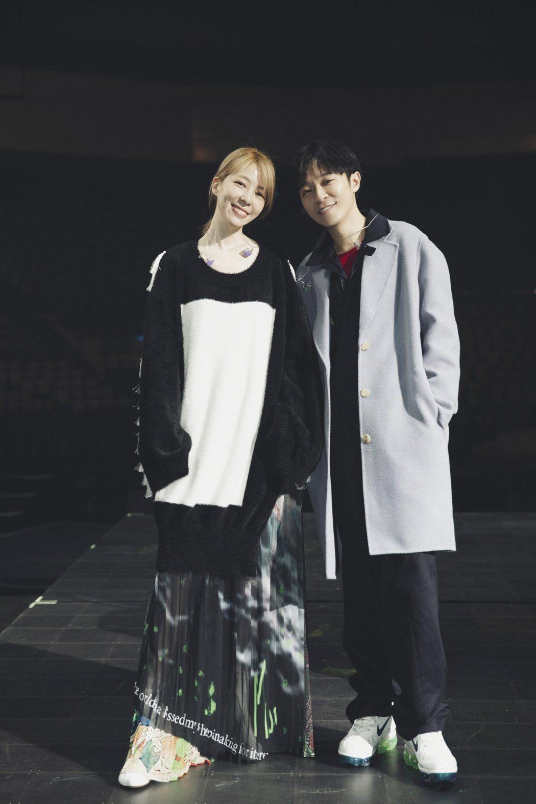 吳青峰(右)邀來路嘉欣擔任嘉賓。圖/環球音樂提供