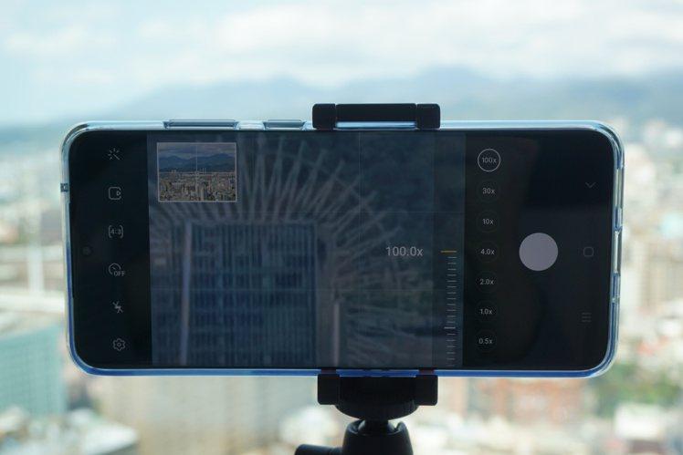 使用高倍變焦拍攝時,建議搭配腳架更容易取景。記者黃筱晴/攝影