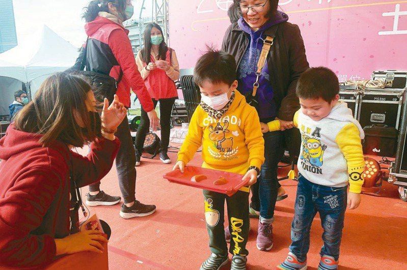 許多小朋友首次體驗擲筊,運氣超旺連得3聖筊晉級複賽。 圖/新北市民政局提供