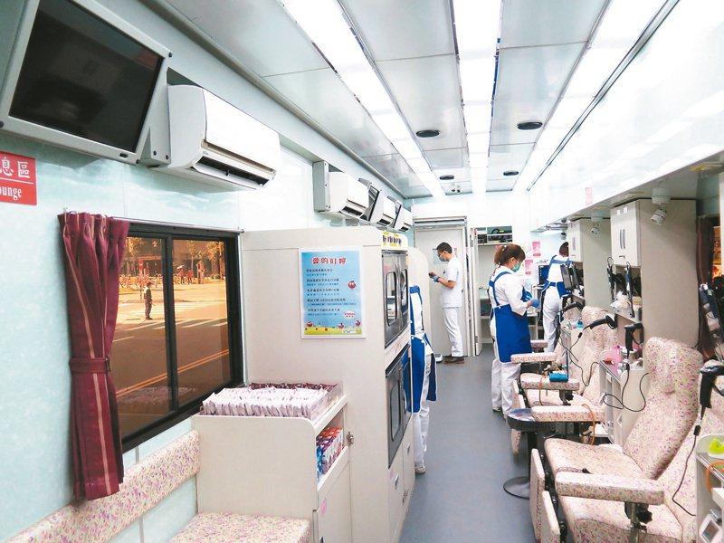 血荒民間團體想出捐血送口罩,吸引民眾大排長龍。圖為國際扶輪3502地區日前捐的環保無動力捐血車,空間寬敞明亮。圖/聯合報系資料照片