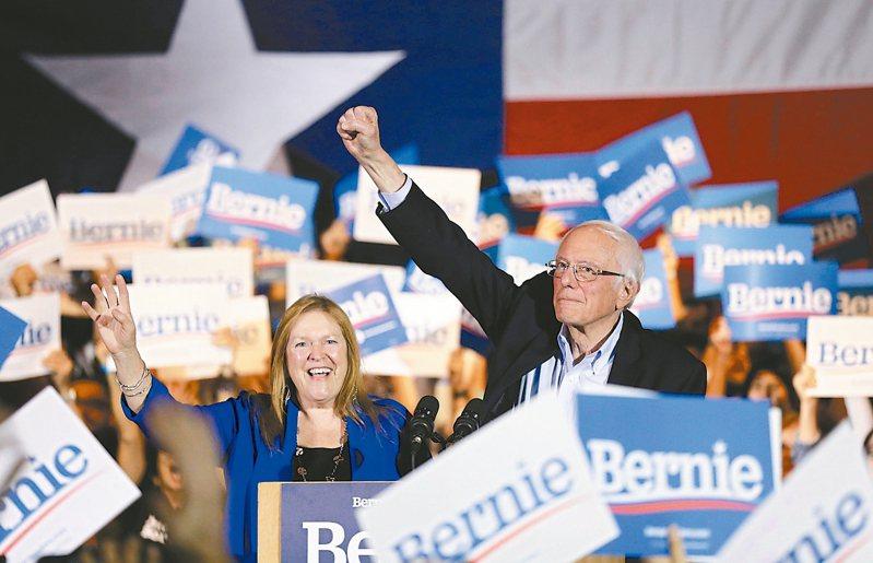 美國民主黨總統參選人桑德斯(右)廿二日和妻子在德州聖安東尼奧造勢。 (美聯社)