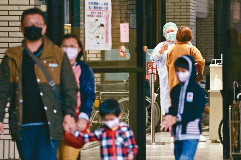 為儲備防疫能量,未來醫院醫護人員出國恐受限,除禁止至陸港澳,到旅遊警示國家也須事先報准。記者林伯東/攝影
