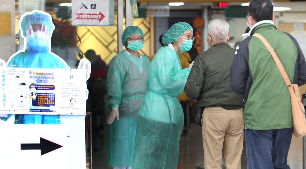 示意圖非本人。中央流行疫情指揮中心宣布,除非經過報備者外,擬限制醫事人員出國,引...