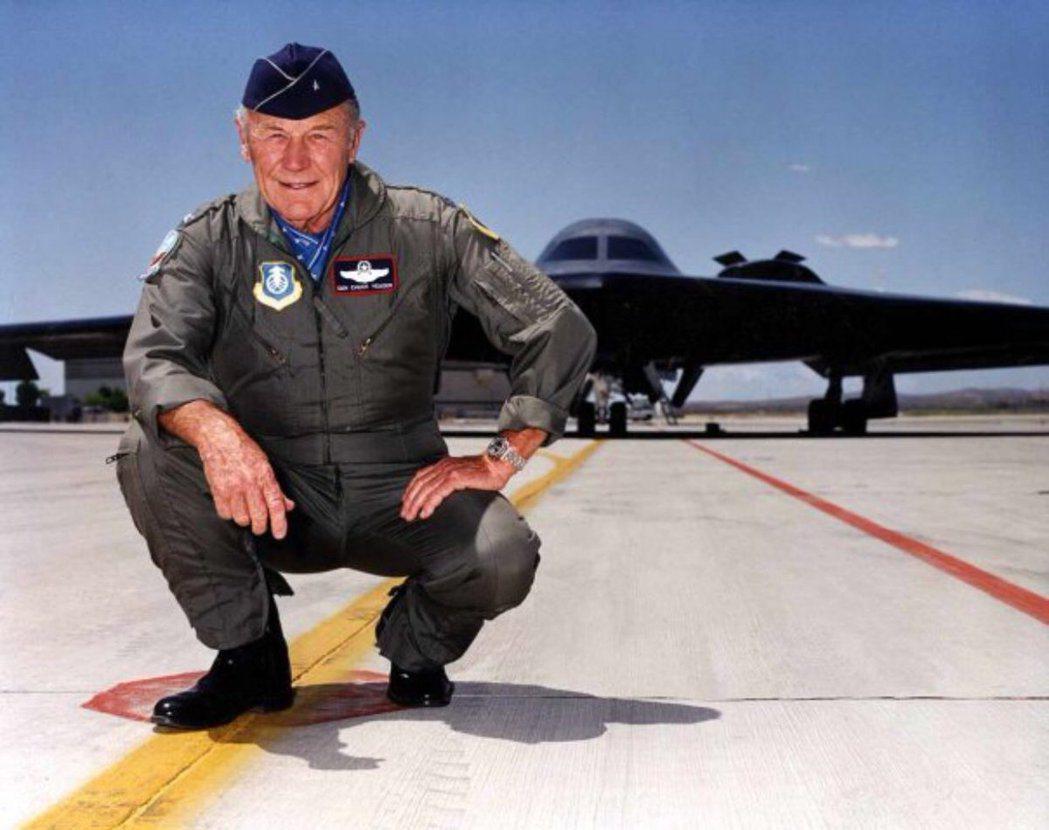 葉格與B-2轟炸機合影。圖/引自葉格臉書