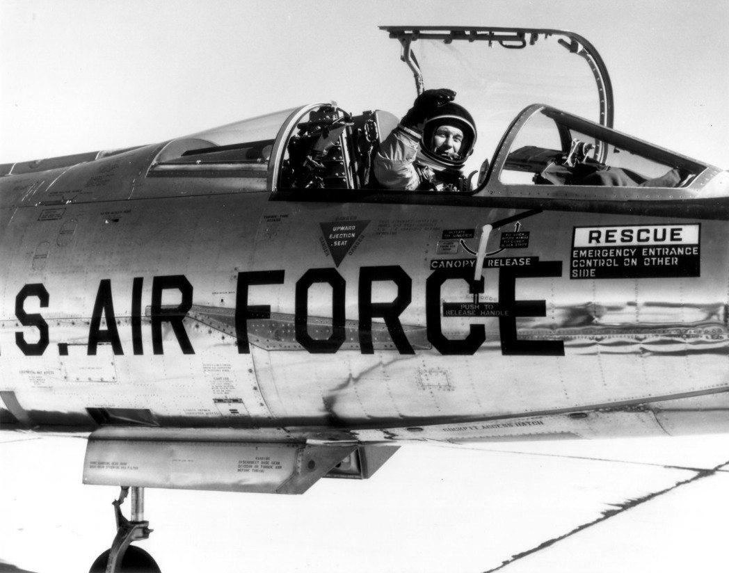 葉格在NF-104A座艙內,本型機也成為他飛行生涯唯一的墜機紀錄。圖/美國空軍檔...