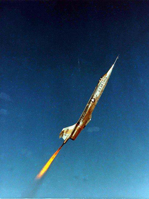 開啟尾部火箭引擎助升的NF-104A,曾經創下12萬呎的高度紀錄。圖/美國空軍檔...