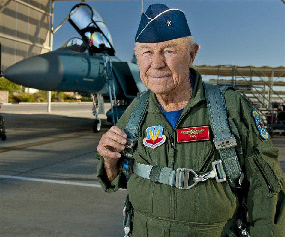 2012年10月14日,葉格以89高齡再度駕駛戰機突破音速。圖/美國空軍檔案照