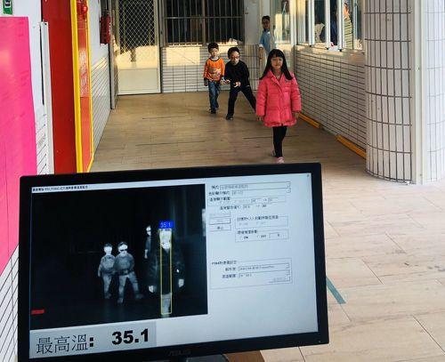雲林麥寮鄉幼兒園裝設紅外線熱像儀,可對每位孩子遠距偵測體溫。圖/麥寮鄉公所提供