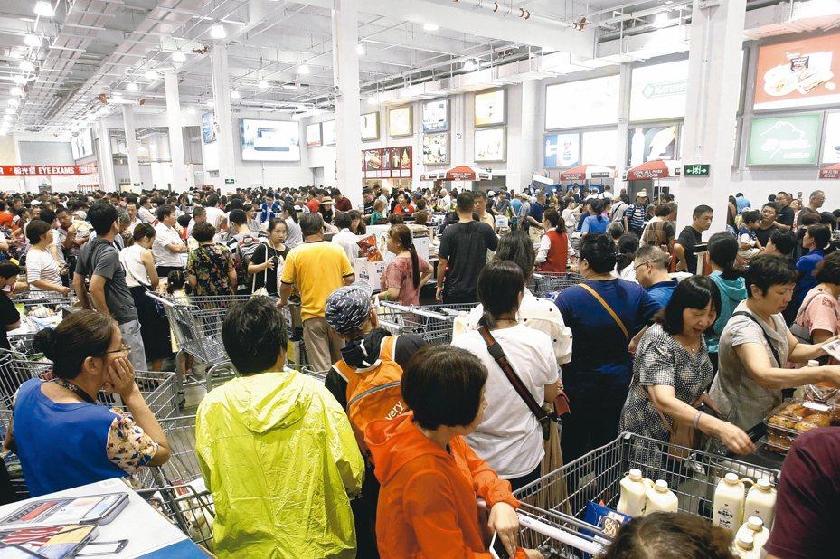 陸Costco首店近日傳出近2千人擠爆的消息,引發群聚感染疑慮。圖為該店開幕當日照片。 (歐新社)