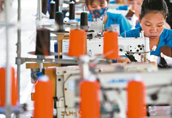 疫情嚴峻影響越南台商營運,成衣與製鞋業者憂心斷料問題恐在3月陸續浮現。圖為越南台...