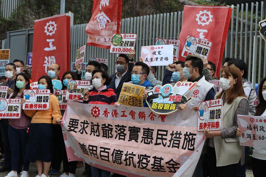 過去大半年的修例風波,加上目前的新冠肺炎疫情,嚴重衝擊香港經濟,影響廣大市民,有工商界人士更預料,香港未來半年或出現「海嘯式」結業、裁員潮。 香港中國通訊社