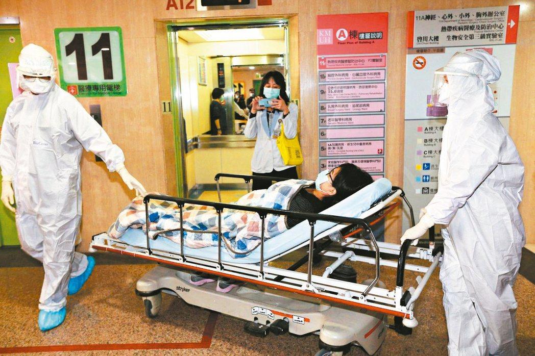 中央流行疫情指揮中心昨天宣布,除非經過報備者,將限制所有醫事人員出國。圖為高醫進...