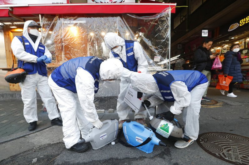 韓國國防部表示,新冠肺炎確診軍人數增至11例,其中陸軍8例最多,目前韓國部隊共有7700餘人被隔離。 美聯社