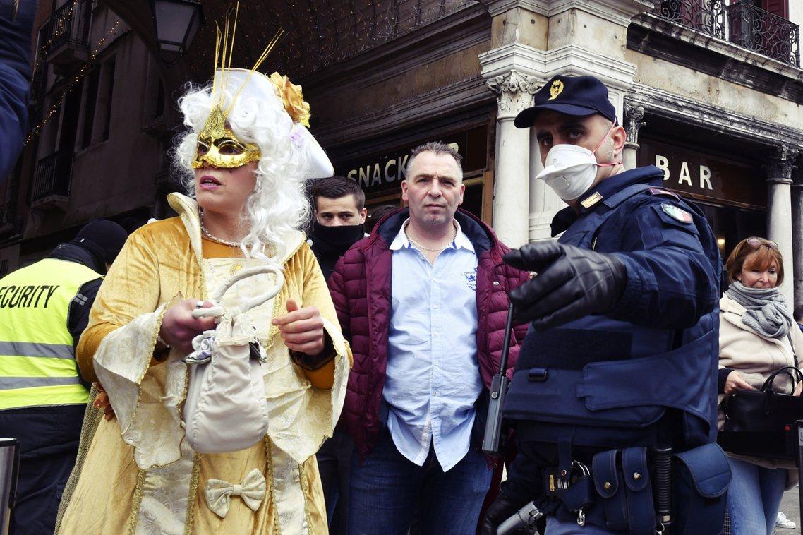 威尼托大區23日就緊急下令「威尼斯嘉年華即刻結束」,將原本一路延續到2月25日的...