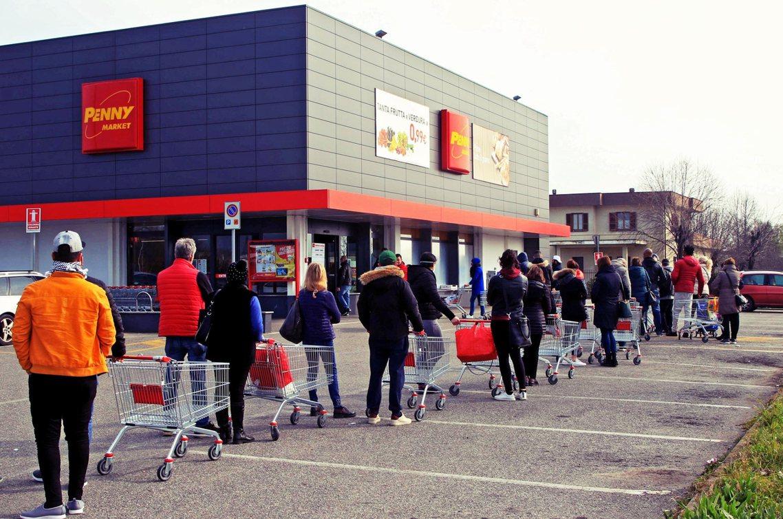 威尼托與倫巴底兩大區周末開始就已出現了因「擔心封城」而出現的民生物資搶購潮。 圖...