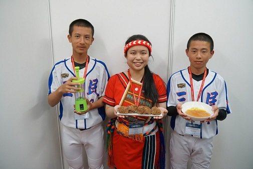 慈濟科大和花蓮縣玉里三民國中發明團隊。 中華創新發明學會/提供。