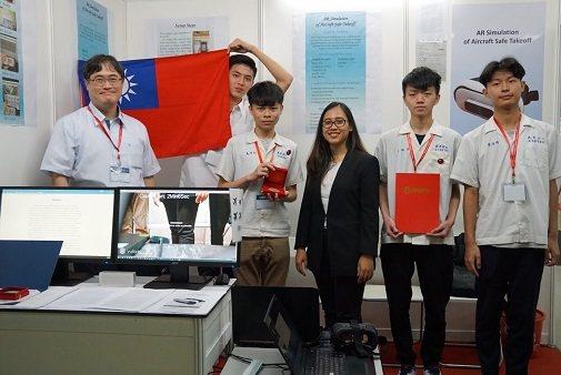 羅東高工電子科楊鈞凱老師參賽團隊。 中華創新發明學會/提供。