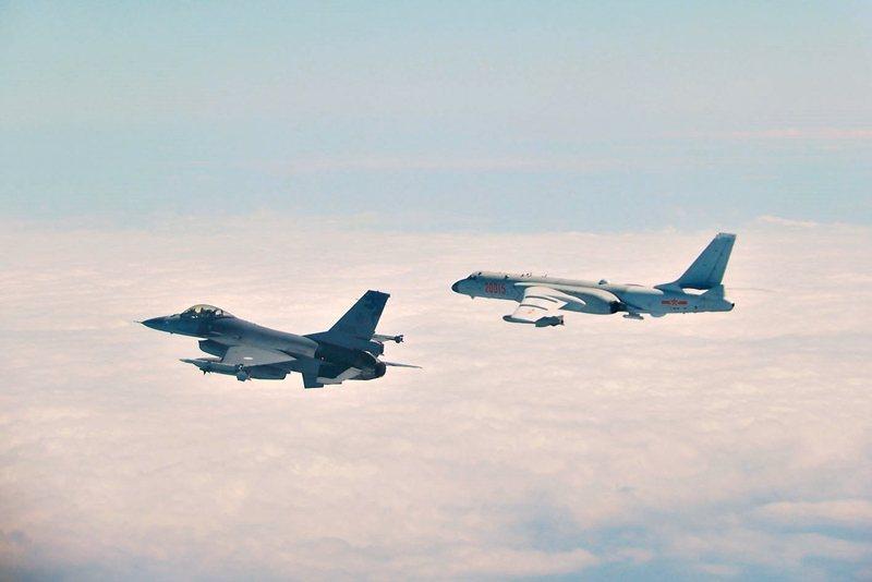 2月10日,國防部公布我F-16戰機(左)攔截中共轟-6(右)畫面。 圖/國防部提供