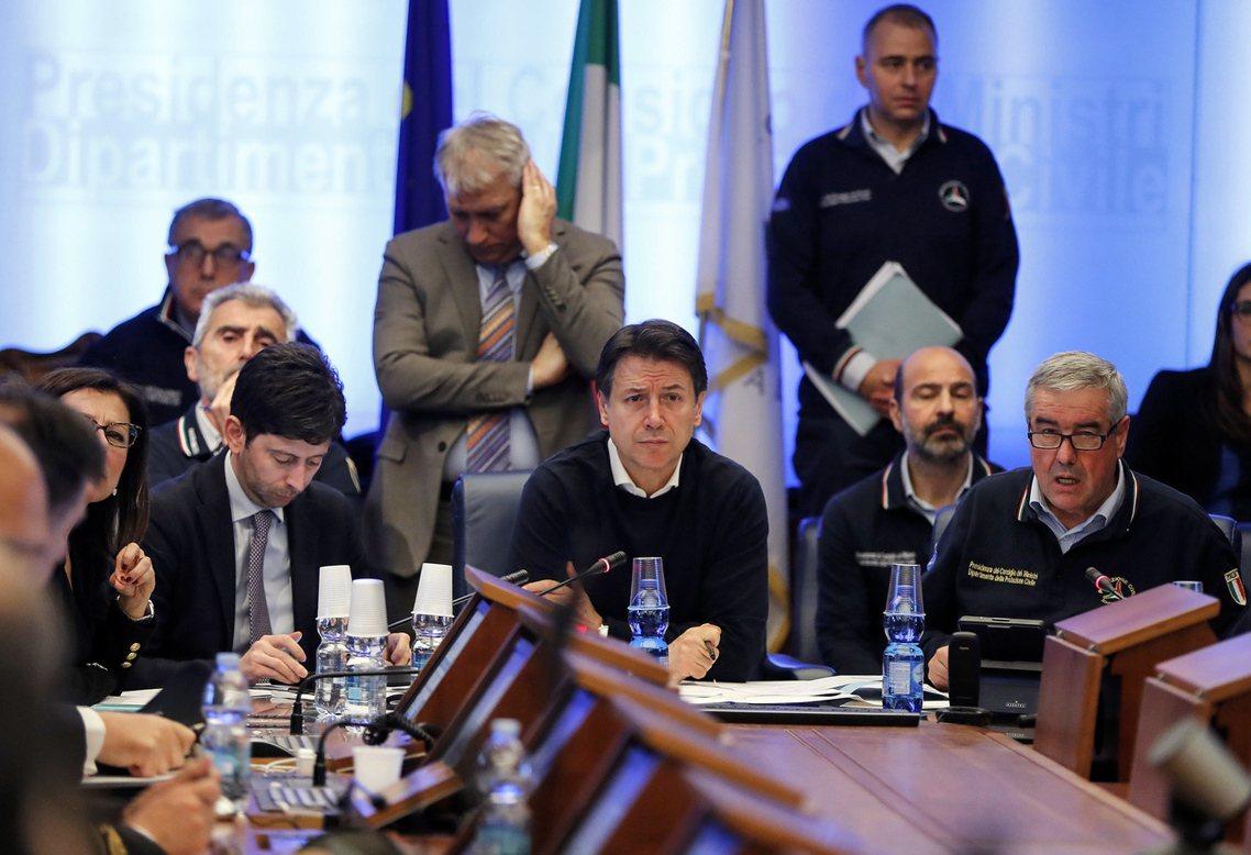 複雜的瘟疫危機,也因此觸發了義大利政壇的政治亂戰。圖為義大利總理孔蒂坐鎮指揮防疫...
