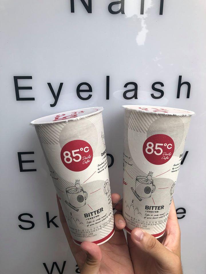 85℃在2/29和3/1,連兩天推出大杯冰鮮奶茶與大杯冰英式奶茶第二杯特價20元...
