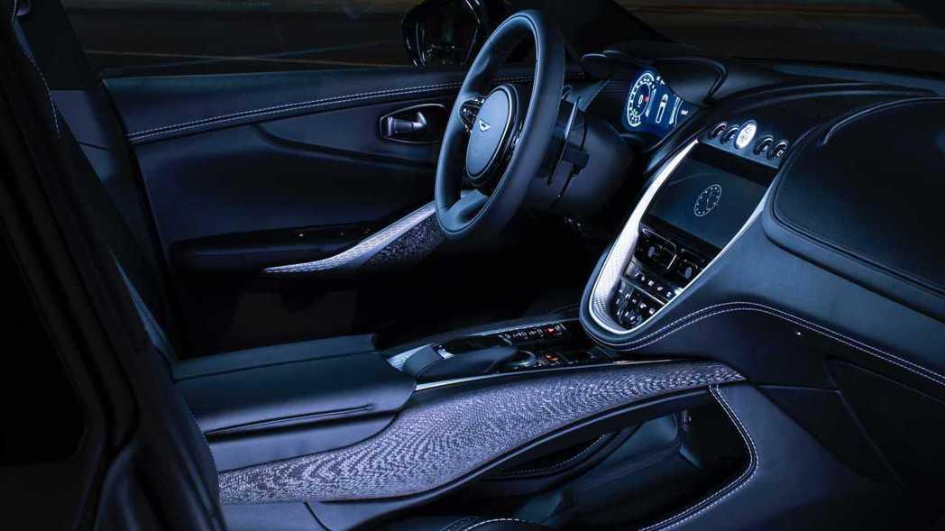 中控台整塊鞍座由280層碳纖維製成並採取手工鋪設。 Aston Martin提供