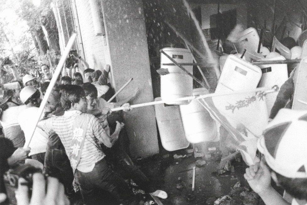 520農民運動發生時,抗議民眾與警察在立法院門口爆發衝突。 圖/聯合報系資料照