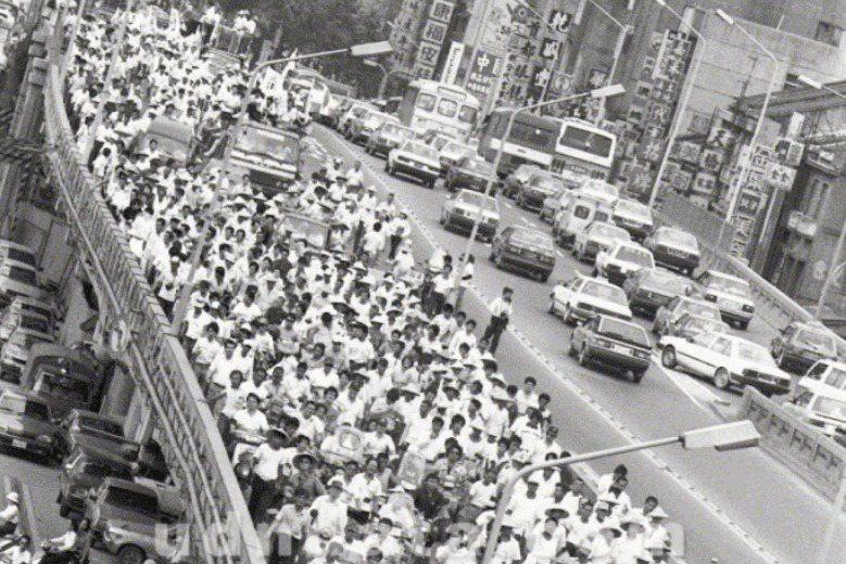 1988年5月20日,林國華、蕭裕珍率領數千農民、學生走上街頭。 圖/聯合報系資料照
