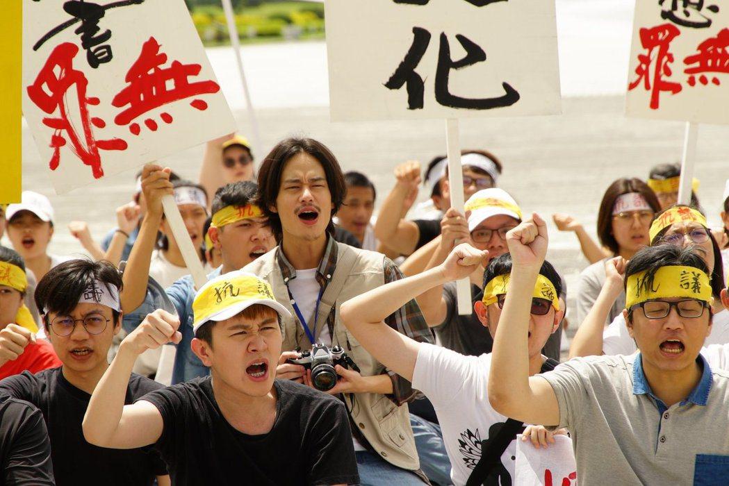 《國際橋牌社》除提到520農運外,劇情也重現90年代主張「廢除刑法100條」的示威活動。 圖/取自《國際橋牌社》粉絲專頁