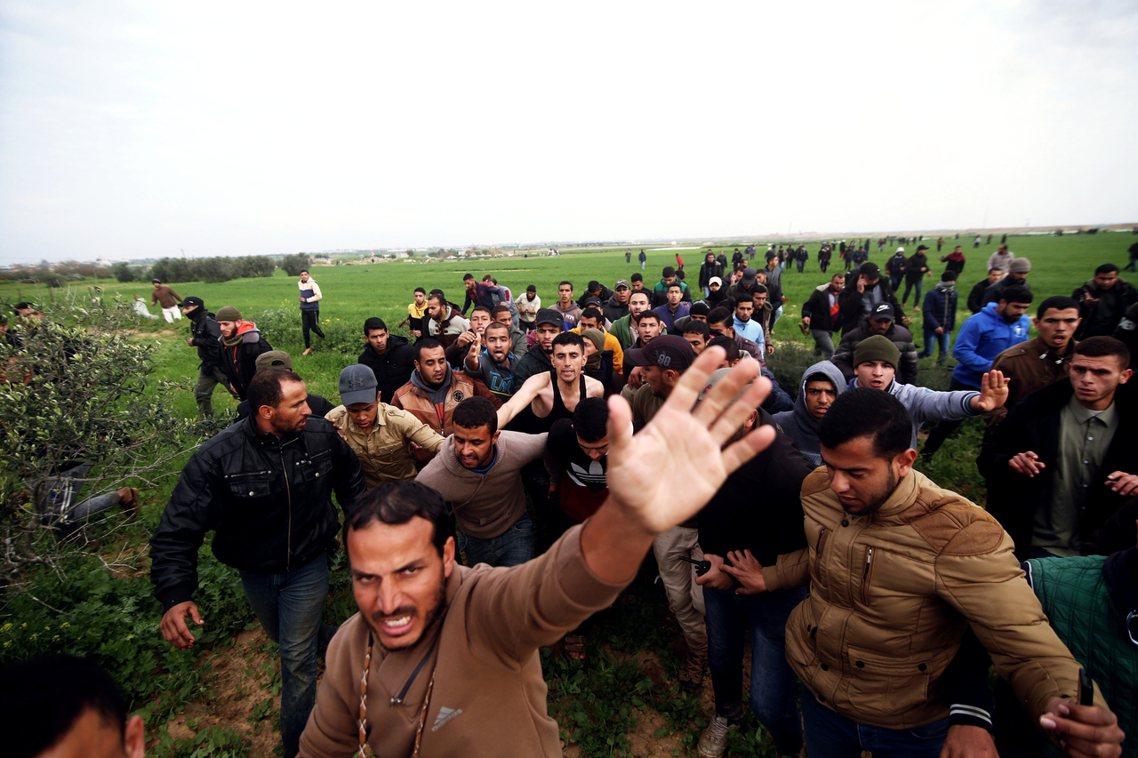 以色列派出了重型推土機高速朝巴人衝刺,雖然幾名巴人青年死命地拖著屍體朝己方逃跑,...
