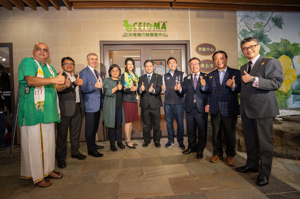 亞洲有機行銷智能中心揭牌儀式新北市政府副市長吳明機與貴賓合照。