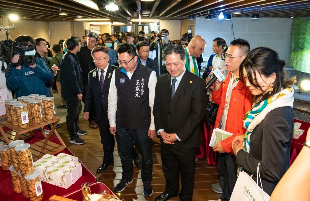 新北市政府副市長吳明機參觀農友產品巡禮。