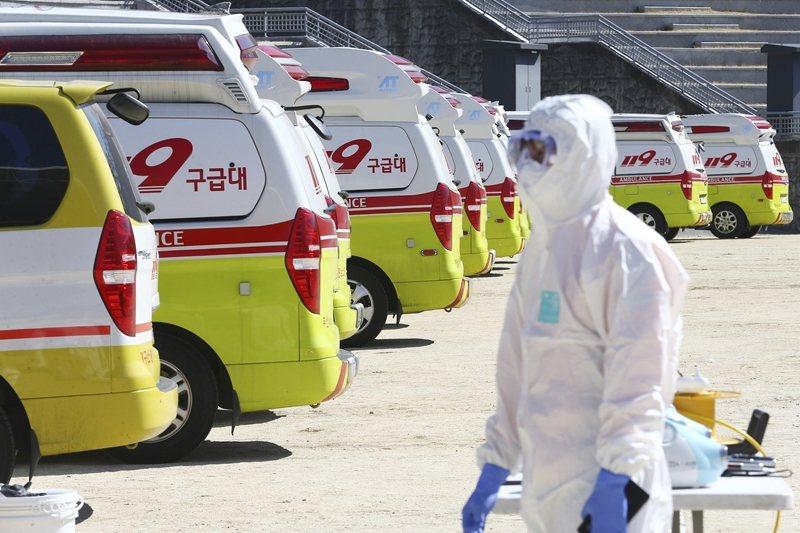 截至2月24日,韓國已累計763例新冠病毒(COVID-19)確診案例。圖為待命的急救人員。 圖/美聯社