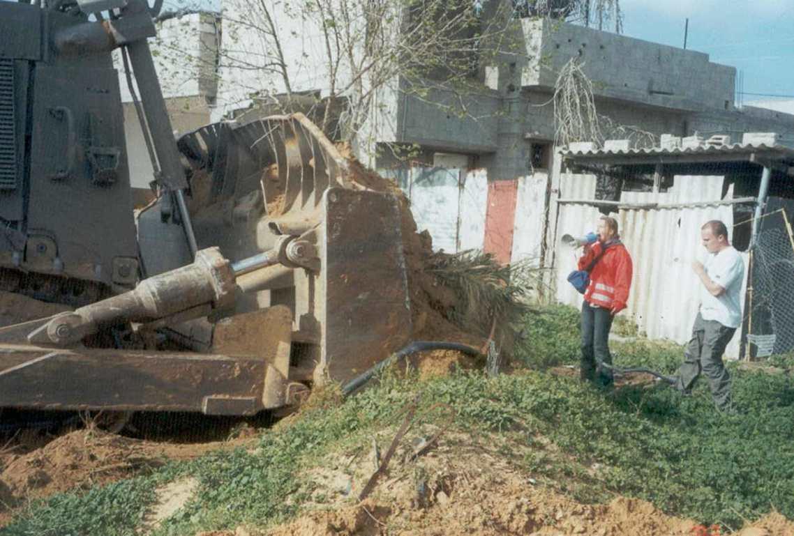 2003年3月16日,來自華盛頓州的美國大學生志工——瑞秋.科里(Rachel ...