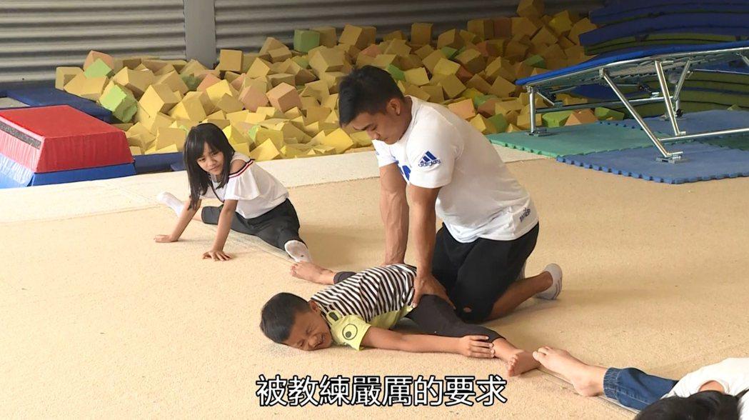 游朝偉訓練台坂國小體操隊。 游朝偉/提供