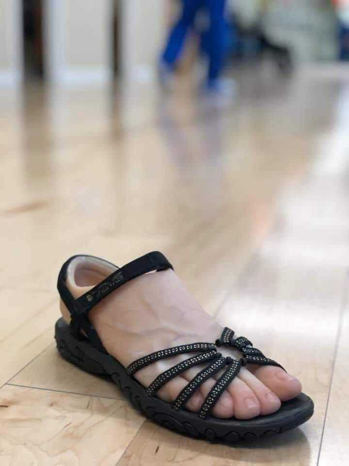 一名女網友PO文強調,先前在網上瘋傳的這張圖,這其實是「義肢使用者的腳套」,無法接受大家都把它當成整人玩笑,PO文一出後網友也紛紛驚呼「第一次知道!」圖擷自爆怨公社