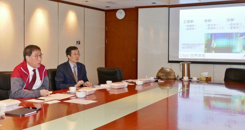 香港城市大學校長郭位(左)與教務團隊,日前以連線方式,說明今年招生因應疫情,改以...